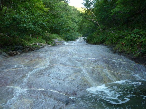 最初は平穏な川だった